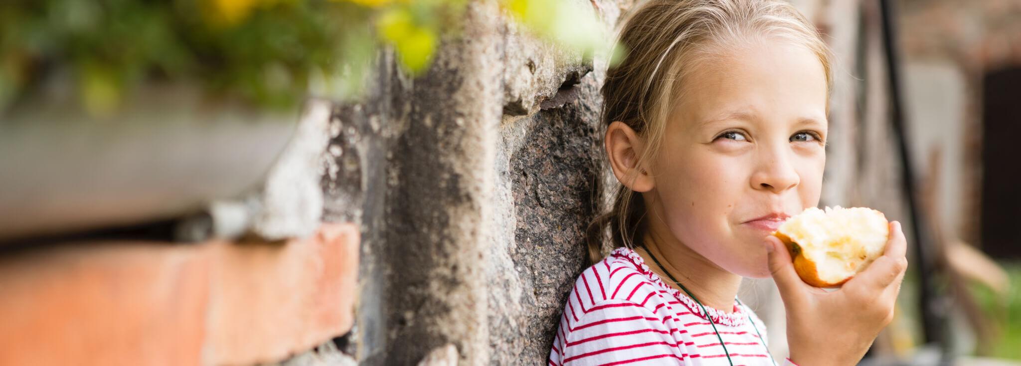 Enfant en train de manger une pomme