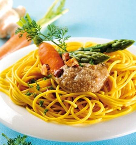 Nids de spaghettis à la crème de champignons et aux petits légumes