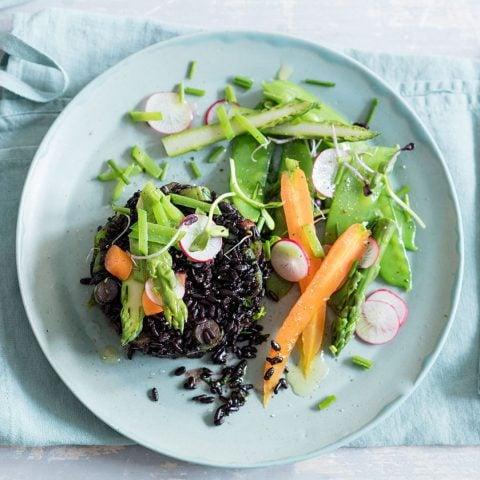 Riz noir parfumé aux herbes fraîches et légumes printaniers