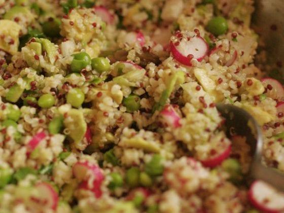 Salade printanière aux légumes croquants, trio de quinoa et blé