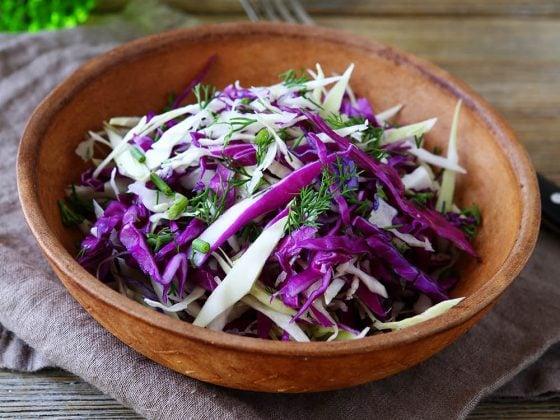 Salade de chou rouge, noix, gingembreet curcuma