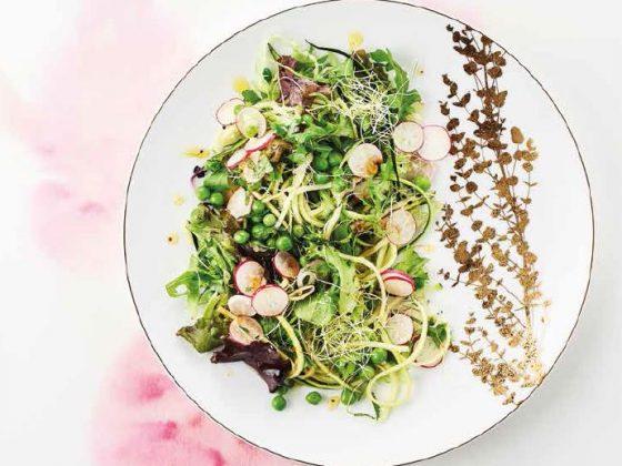 Salade de petits pois frais rubans de courgette et graines germées