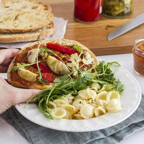 Bruschetta au pesto de tomates séchées maison accompagné de rucula