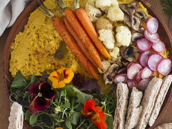 Houmous de carotte accompagné de ses légumes de saison au four