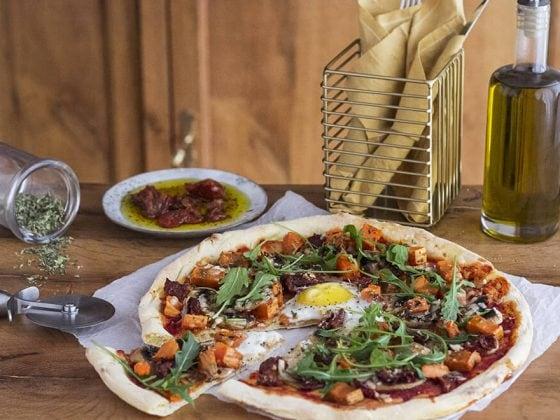 Pizza végétarienne à la patate douce, tomates séchées et roquette