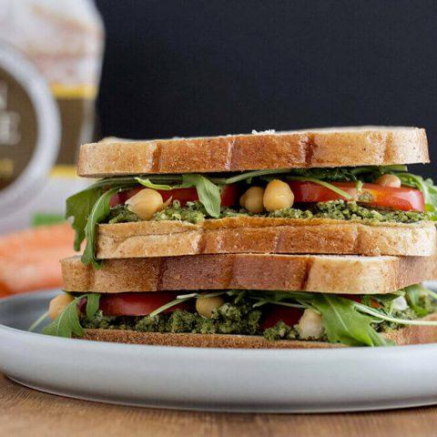 Sandwich au pâté végétal de fanes de carottes