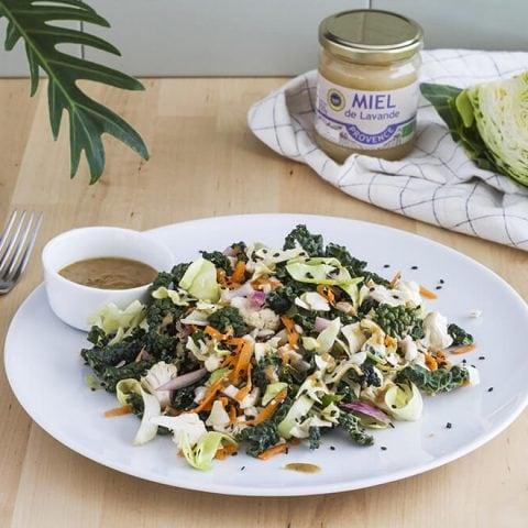 Salade de choux crus et sa vinaigrette au miel, tahini et citron