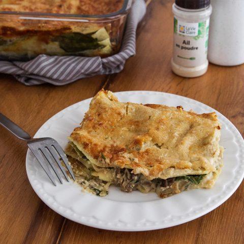 Lasagne crémeuse végétalienne aux champignons et épinards