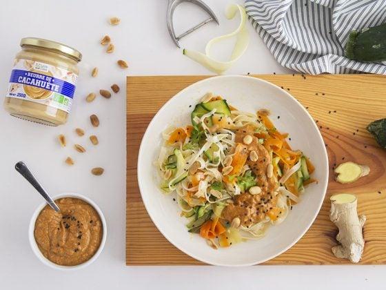 Nouilles et légumes sautés au wok, sauce cacahuète