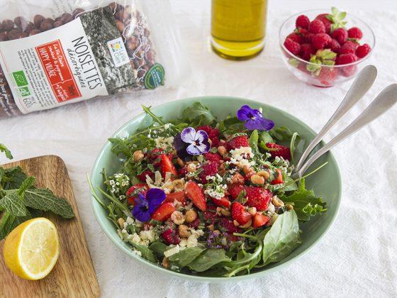 Salade de fraises, framboises, parmesan et noisettes
