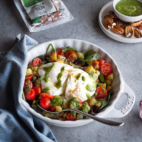 Salade de pommes de terre tièdes au pesto vert de noix de pécan, tomates et burrata