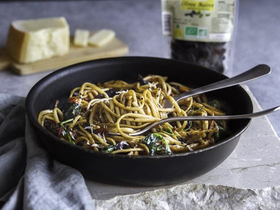 Spaghetti tomates, olives noires, citron et basilic