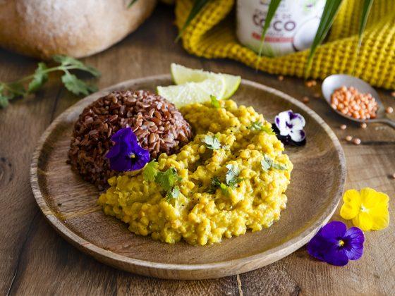 Dhal de lentilles corail au curcuma, lait de coco et riz rouge