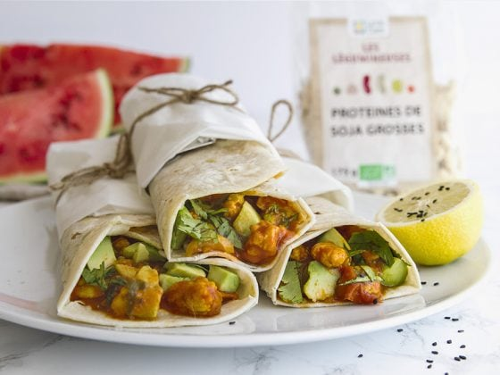 Fajitas vegan aux protéines de soja, légumes en sauce et avocat