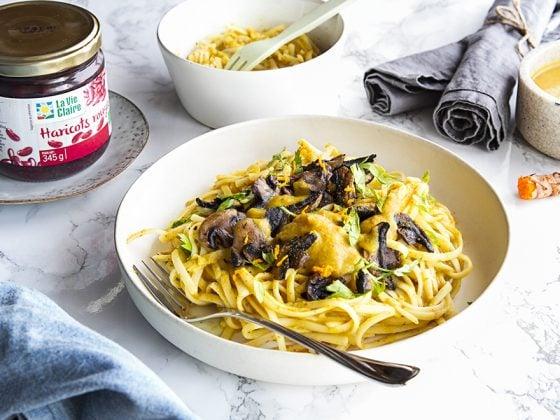 Fettuccini sauce aux champignons de Paris, crème de courge, haricots rouges et curcuma