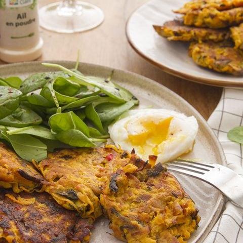 Röstis de patate douce, champignons, salade de pousses d'épinard et œuf poché