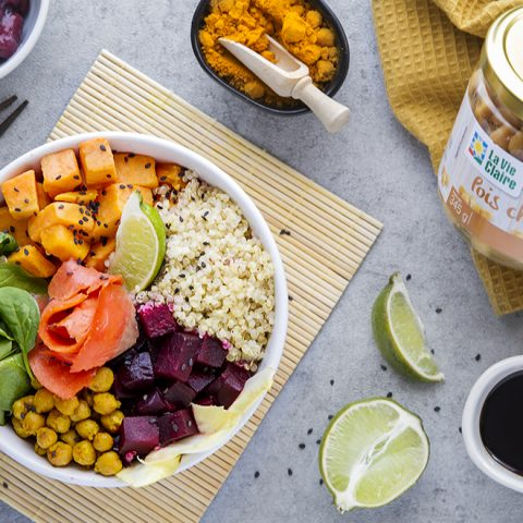 Buddha bowl de quinoa, betterave, patate douce, pousses d'épinards et pois chiches