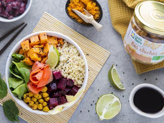 Buddha bowl de quinoa, betterave, patate douce, pousses d'épinards et pois chiches