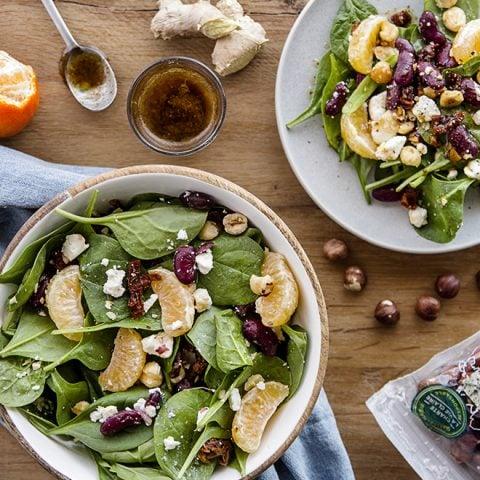 Salade de pousses d'épinards, feta, mandarines, noisettes et haricots rouges