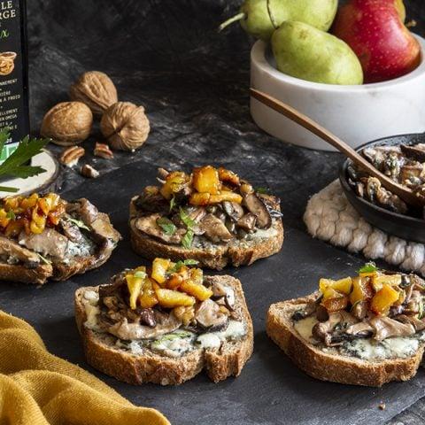 Toasts au roquefort, poêlée de champignons et poires caramélisées