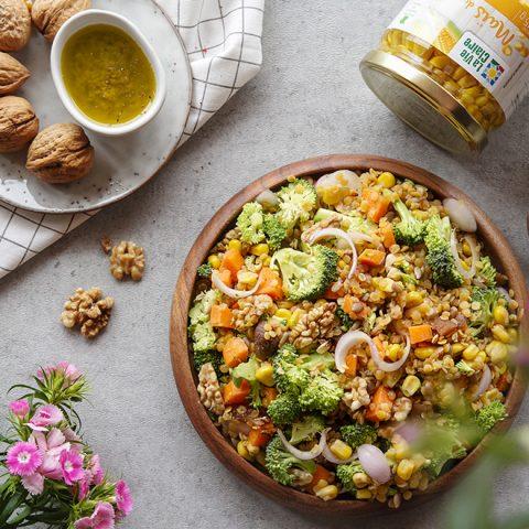 Salade colorée de lentilles corail et légumes crus