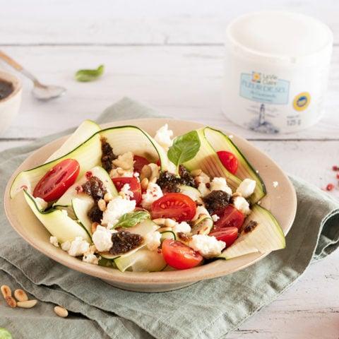 Salade de tagliatelles de courgettes, feta et pesto de tomates