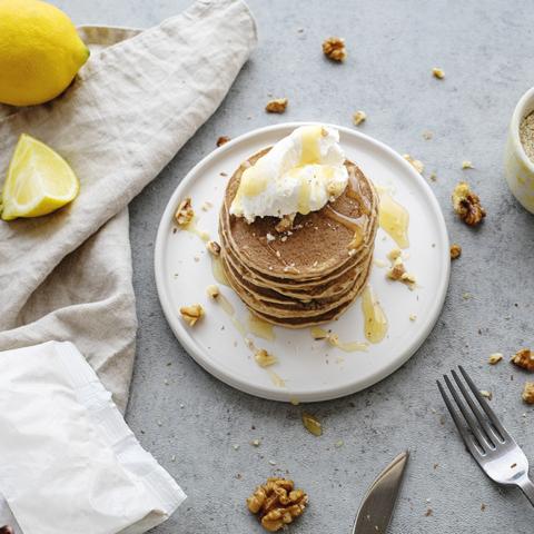 Pancakes salés à la farine de châtaigne, noix et miel