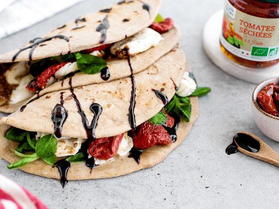 Piadina mozzarella, pignons de pin et pesto de tomates séchées
