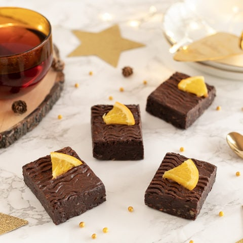 Brownie crus au chocolat noir, dattes et orange