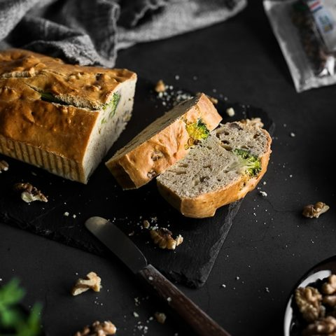 Cake aux brocolis, roquefort et noix