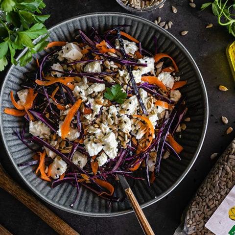 Salade de chou rouge, feta et huile de noisette