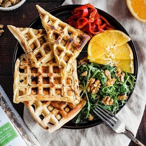 Gaufres au roquefort avec salade de noix