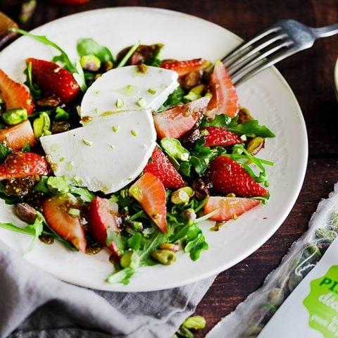 Salade de fraises, fromage de chèvre et pistaches
