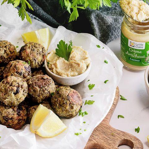 Boulettes de lentilles vertes à la crème d'échalote et d'artichauts