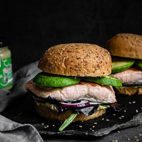 Burgers au saumon et à l'avocat